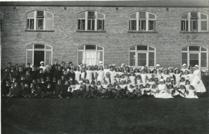 Patients and Staff Outside the Sanatorium c.1920s [HOSP/STAN/11/1/54]