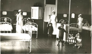 Nurses and children on one of the wards, 1918. HOSP/STAN/11/1/41