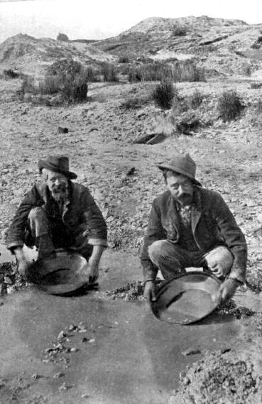 Panning for gold in the state of Victoria, Australia, ealry 1900s. © Wikimedia Commons.